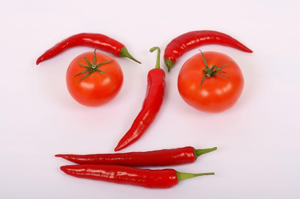 Gesicht aus Chilis und Tomaten