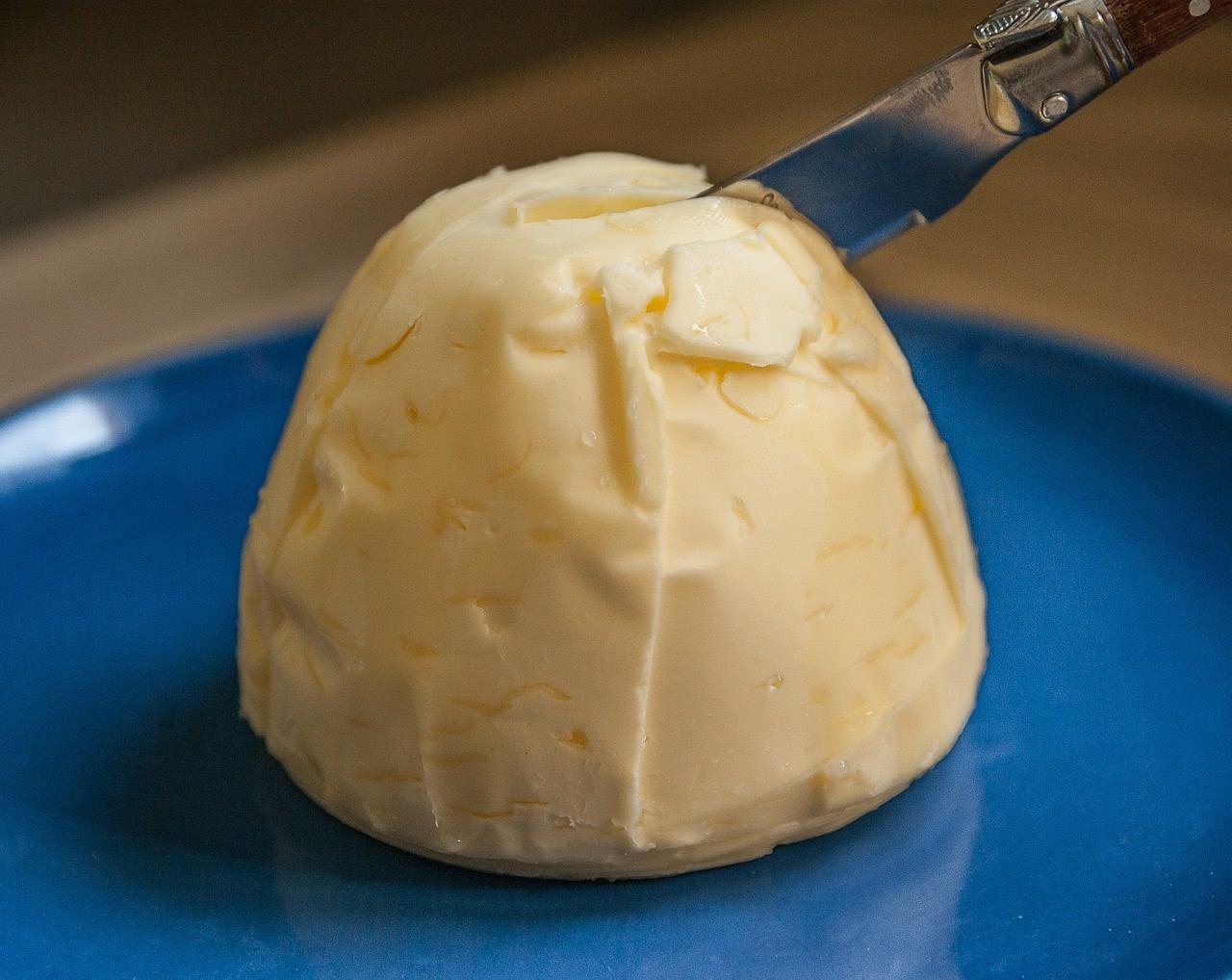 Bild von Butter auf Untertasse